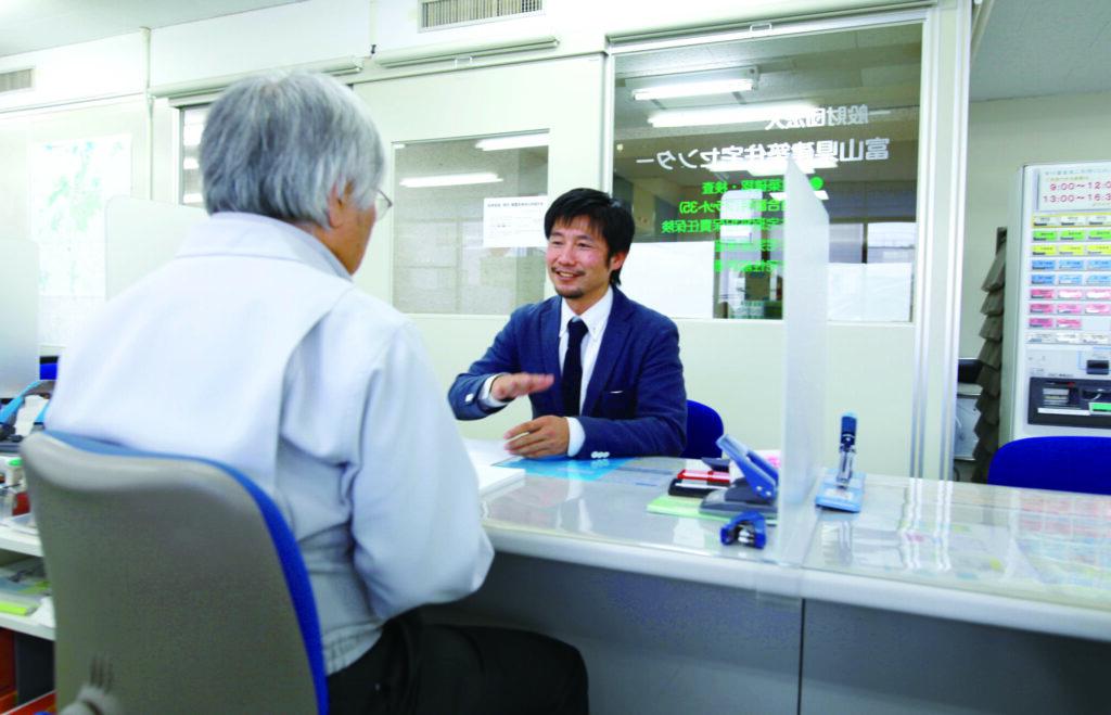 富山県建築住宅センターの窓口で申請手続き